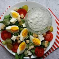 Sałatka z jajkiem i dipem czosnkowym