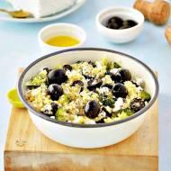 Sałatka z kaszy bulgur z brokułami, twarogiem i oliwkami
