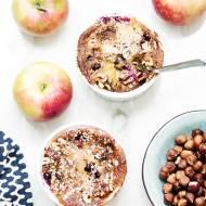 Szybki deser z jabłek, borówek i orzechów