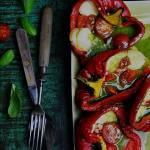 Pomidorki zapiekane w papryce z kulkami mozzarelli i bazyliowym pesto
