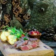 Grillowany stek z salsą z truskawek i rabarbaru