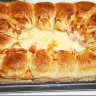 Pizza z kulkami i mozzarellą.