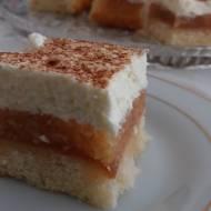 Ciasto biszkoptowe z jabłkami i bitą śmietaną