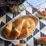 Rogaliki drożdżowe z jabłkiem i cynamonem