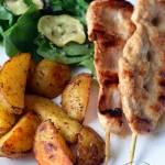 Filet na patyku z pieczonymi ziemniakami oraz sałatką ze szpinaku i cukinii