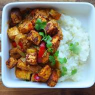 Curry pomidorowo-paprykowe z wędzonym tofu