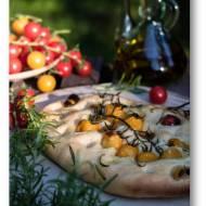 Focaccia z nocnego ciasta na winie, z pomidorkami i rozmarynem