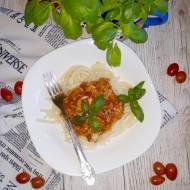 Makaron z prostym sosem mięsno-pomidorowo-paprykowym
