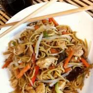 Smażony makaron teriyaki z kurczakiem i warzywami