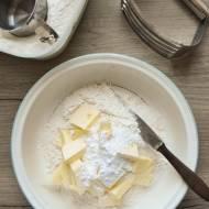 Maślana tarta kajmakowa z orzechami i białą czekoladą