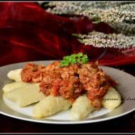 Kopytka z szynką w pomidorach