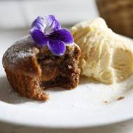 Muffinki z daktylami nadziewane masą toffi