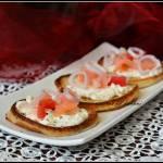 Placuszki jogurtowe z serkiem i łososiem
