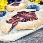 Bezglutenowa tarta rustykalna ze śliwkami i cynamonem