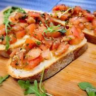 Bruschetta z pomidorami i mozarellą