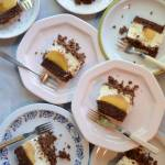 Czekoladowe ciasto z budyniem i brzoskwiniami
