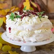 Tort bezowy z konfiturą wiśniową i gorzką czekoladą
