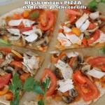 Błyskawiczna pizza - placki tortilli przełożone startym serem i podane z pieczarkami, pomidorem, papryką oraz szynką