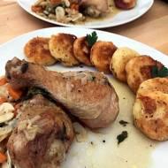 Udka z kurczaka duszone, wraz z kluskami z ziemniaków podane