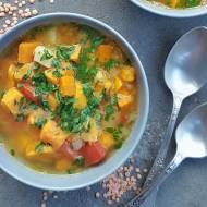 Orientalna zupa dyniowa z pomidorami i czerwoną soczewicą