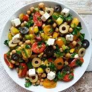 Sałatka z ciecierzycą, pomidorkami, oliwkami