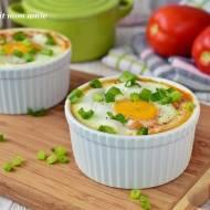 Jajka zapiekane z soczewicą w pomidorach