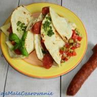 Włoska piada z chorizo i mozzarellą