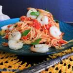 Spaghetti z sosem pomidorowym i krewetkami
