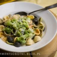 makaron orecchiette z sosem serowym i brokułami