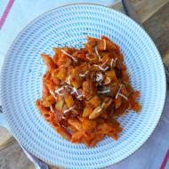 Makaron z kremowym sosem z dyni i pomidorów