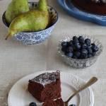 Gryczane ciasto czekoladowe z gruszkami i borówkami