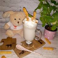 Gorąca biała czekolada z nutą cynamonu – słodki deser do picia