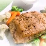 Łosoś z warzywami i sosem chrzanowym
