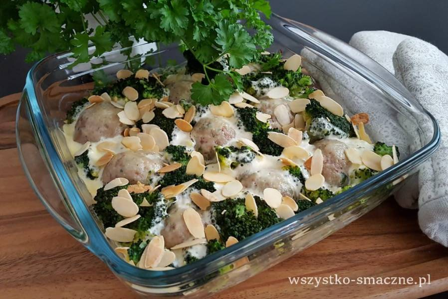 Gotowane klopsiki czosnkowe zapiekane z brokułami
