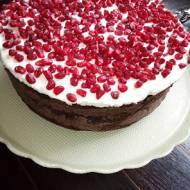Tort czekoladowy z kremem kawowym i granatem
