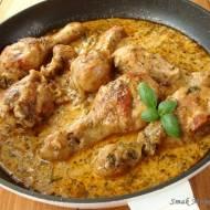 Pałki z kurczaka w ziołowym sosie koperkowym