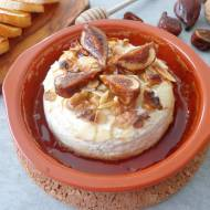 Pieczony camembert z orzechami, migdałami i figami (Camembert al forno con frutta secca)