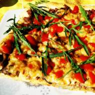 Domowa pizza z grzybami leśnymi i mięsem