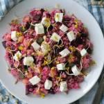 Zdrowa sałatka z buraczkami, ciecierzycą i serem feta