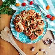 Drożdżowe bułeczki z oliwkami i serem feta