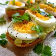 Bagietka z guacamole, pomidorem i jajkiem