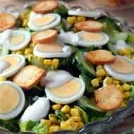 Sałatka z jajkiem, ogórkiem i grzankami