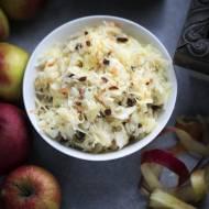 Surówka z kapusty kiszonej z jabłkiem i rodzynkami