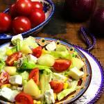 Sałatka z serem feta, pomidorkami, gruszką i kukurydzą