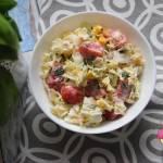 Surówka z kapustą pekińską, pomidorem, kukurydzą i natką pietruszki