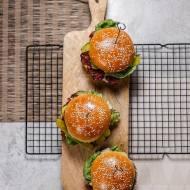 Domowe cheeseburgery z wołowym klopsem