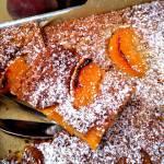 Zapiekana owsianka z migdałami oraz brzoskwinią. Zdrowsza alternatywa ciasta.