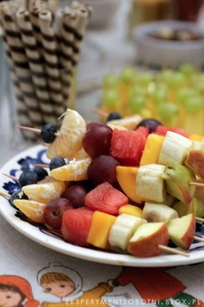szaszłyki owocowe - sposoby podania owoców dzieciom