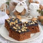 Piernikowo-miodowe ciasto z polewą czekoladową i orzechami.