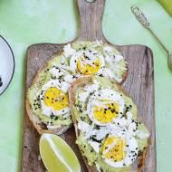 Kanapki z pastą z awokado, z jajkiem i dwoma serami